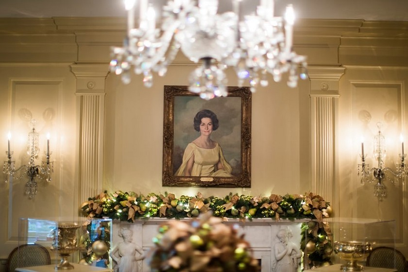 2017 White House Christmas Decorations is Unveiled by Melania Trump - Christmas 2017 - White House Christmas Tours 2017 ➤ Discover the season's newest design news and inspiration ideas. Visit Daily Design News and subscribe our newsletter! #dailydesignnews #designnews #WhiteHouse #ChristmasDecorations #MelaniaTrump #Christmas2017